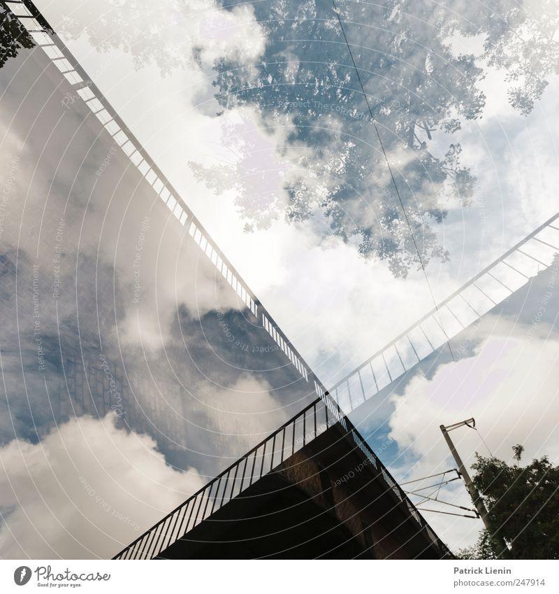 Bridge to nowhere Himmel grün Baum blau oben Brücke unten Bahnübergang
