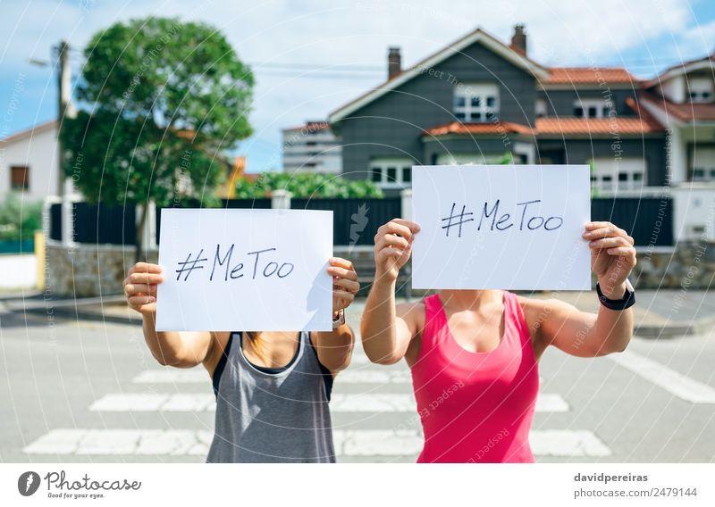 Frau Mensch Hand Straße Erwachsene authentisch Postkarte zeigen Wort Gewalt Text Kino Aggression gegen horizontal Halt