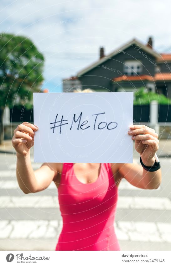 Frau zeigt Poster mit metoo hashtag Mensch Erwachsene Hand Kino Straße Papier Aggression authentisch weiß Gewalt zeigen Plakat Metoo ich auch Hashtag