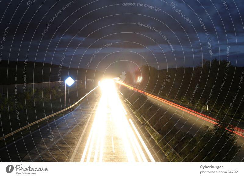 Aral BAB Seesen bei Nacht 5 Streifen Langzeitbelichtung Autobahn Strahlung Licht Verkehr PKW Lichtsrahl blau