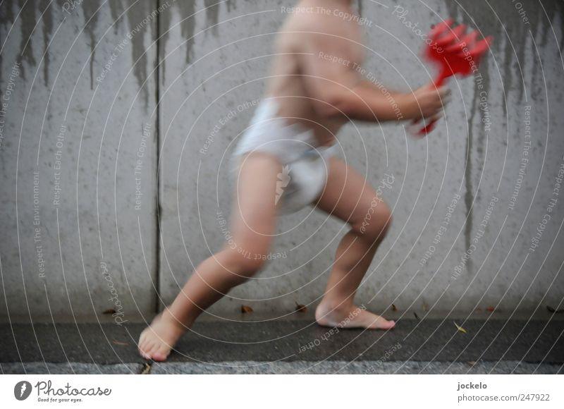 Es wird Regen geben Mensch grau Bewegung laufen rennen maskulin Kindheit natürlich gut weich Wut Spielzeug Kleinkind Windeln Betonwand 1-3 Jahre