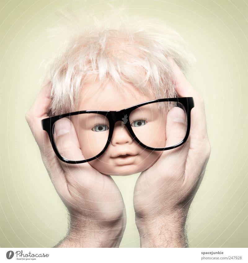 Das Orakel Hand gelb lustig außergewöhnlich Kopf verrückt Zukunft beobachten Brille Zukunftsangst skurril Humor Puppe Freak Brillenträger Spielzeug