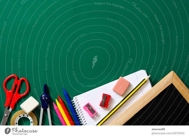 Zurück zur Schule Bildung Klassenraum Student Arbeitsplatz Büro grün rot Vorrat Schere Notebook Tafel Textfreiraum Gummi lernen Anspitzer Bleistift Farbstift