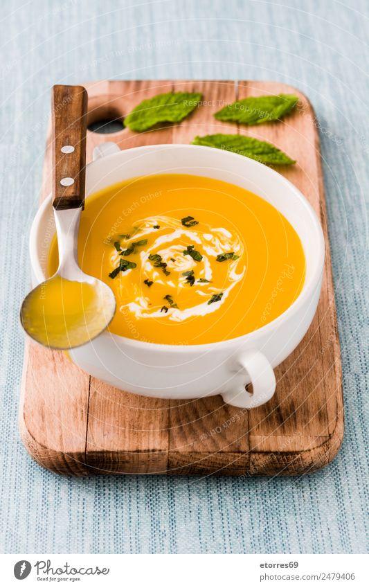 Kürbissuppe Lebensmittel Gemüse Suppe Eintopf Ernährung Mittagessen Bioprodukte Vegetarische Ernährung Erntedankfest frisch Gesundheit gut blau orange Sahne