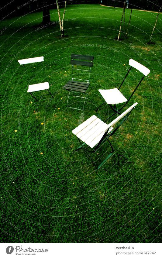 Drei Stühle und ein Stuhl Erholung Wiese Gras außergewöhnlich sitzen frei mehrere leer Möbel Sitzung Sitzgelegenheit Teamwork Verschiedenheit Verabredung