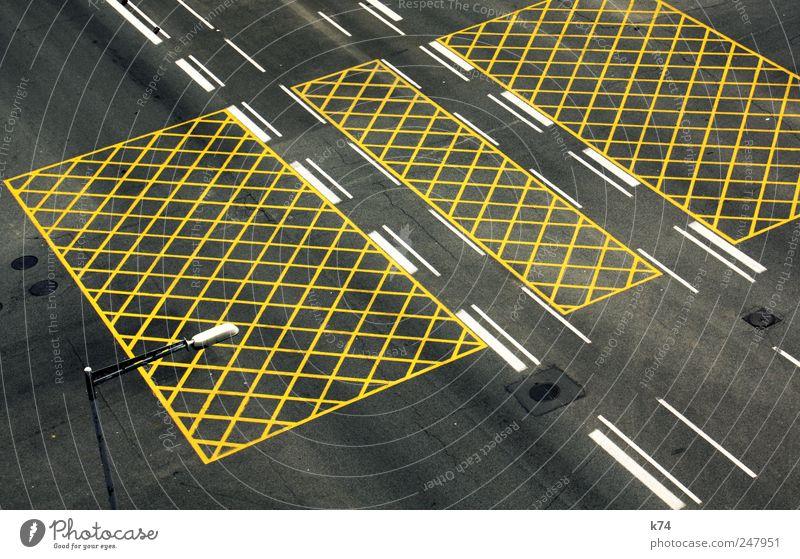 Straßennetz Verkehr Verkehrswege Straßenkreuzung Fahrbahnmarkierung gelb Farbfoto Gedeckte Farben Außenaufnahme Luftaufnahme Menschenleer Tag Vogelperspektive