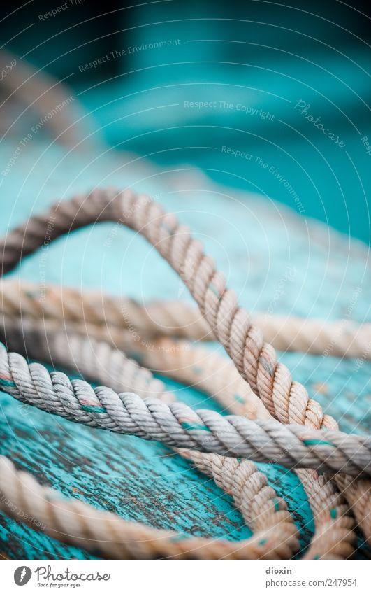 Seilschaft *3* Schifffahrt Fischerboot An Bord Schiffsdeck alt liegen authentisch Farbe Verfall Vergänglichkeit Zusammenhalt Verbindung Schnur Bootslack