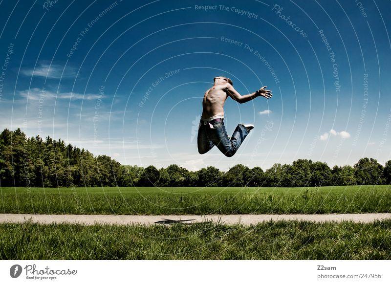 gleich feierabend! Mensch Himmel Natur Jugendliche grün Baum blau Wiese Freiheit Landschaft springen Umwelt Stil Bewegung Glück Erwachsene