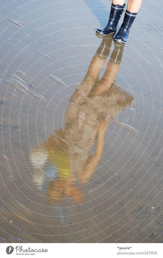 Das Wasser trägt dich... Mensch Natur Jugendliche Wasser schön Sommer ruhig Erwachsene feminin Landschaft Glück Sand träumen Fuß Erde