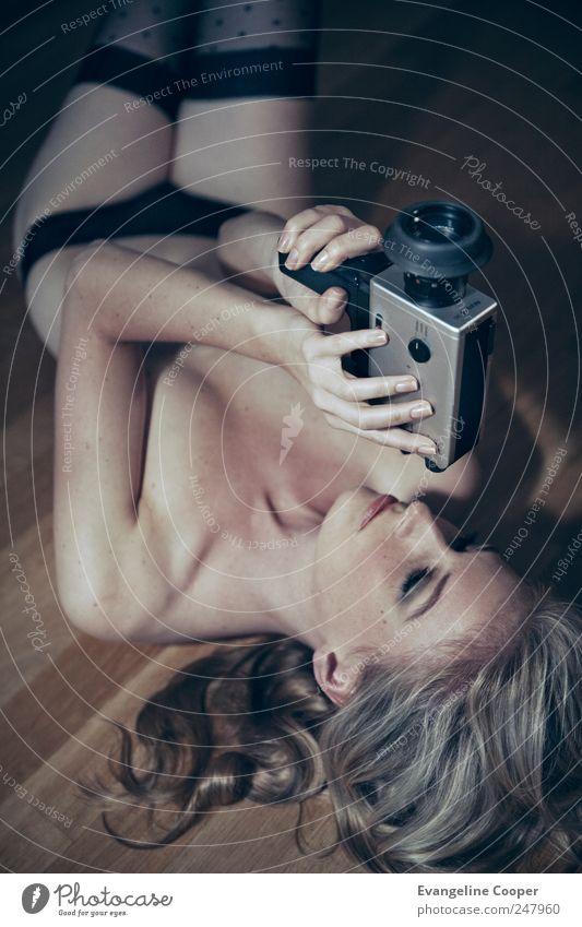 Camera II Frau Mensch Jugendliche Erotik feminin Holz Stil Erwachsene Körper Kunst blond Freizeit & Hobby liegen Lifestyle Stoff Filmindustrie