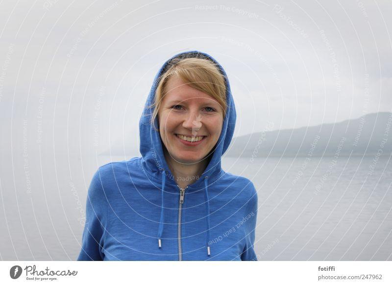 smile :> Mensch Jugendliche blau Meer Gesicht feminin Berge u. Gebirge grau Glück Erwachsene Kraft Zufriedenheit blond Nebel Gelassenheit Lebensfreude