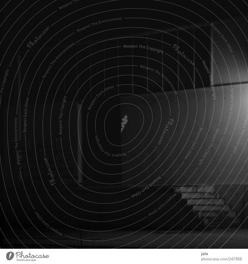 nachts schlafen die ratten doch weiß schwarz Haus dunkel Fenster Wand grau Mauer Gebäude Tür Fassade Treppe Bauwerk Fabrik gruselig Industrieanlage