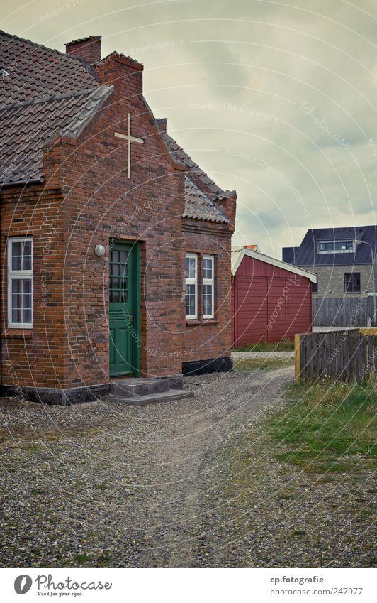 Ein Weg zu Gott alt Fenster Architektur Gebäude Tür Kirche Bauwerk Kreuz Backstein Kies schlechtes Wetter Dänemark Wolkenhimmel Backsteinwand Rechtschaffenheit