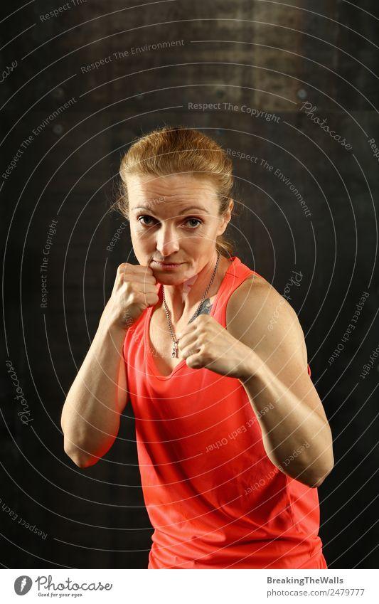 Frau steht in Boxhaltung und ist bereit zu kämpfen. Lifestyle Sport Fitness Sport-Training Kampfsport Leichtathletik Sportler Erfolg Junge Frau Jugendliche