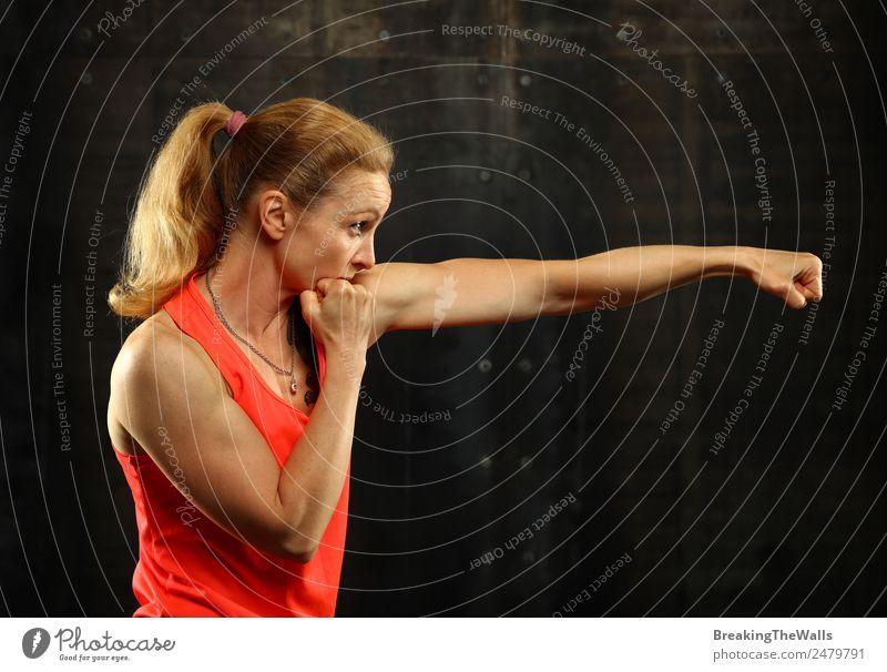 Schattenboxen in Sportbekleidung für Frauen im Fitnessstudio Lifestyle sportlich Sport-Training Kampfsport Leichtathletik Sportler Junge Frau Jugendliche