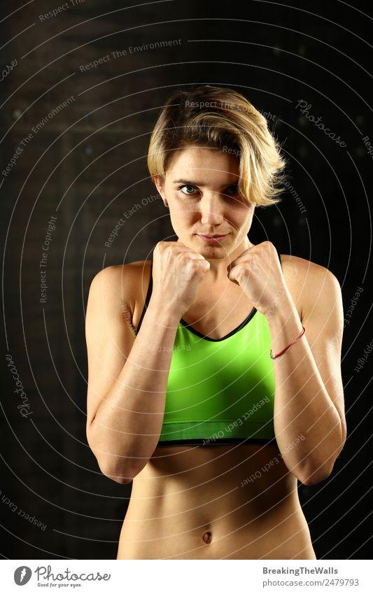 Junge Frau in Boxhaltung Sport Fitness Sport-Training Kampfsport Leichtathletik Sportler Jugendliche Erwachsene Hand 1 Mensch 18-30 Jahre blond kurzhaarig