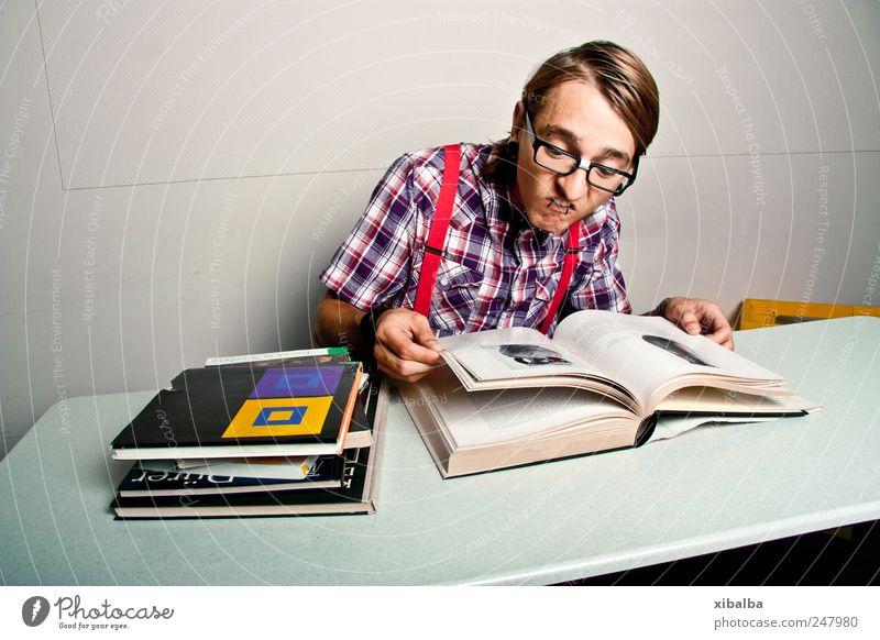 Gutfried Stil Bildung Studium maskulin Junger Mann Jugendliche 1 Mensch 18-30 Jahre Erwachsene Hemd Brille lernen lesen trendy retro schleimig verrückt Klischee