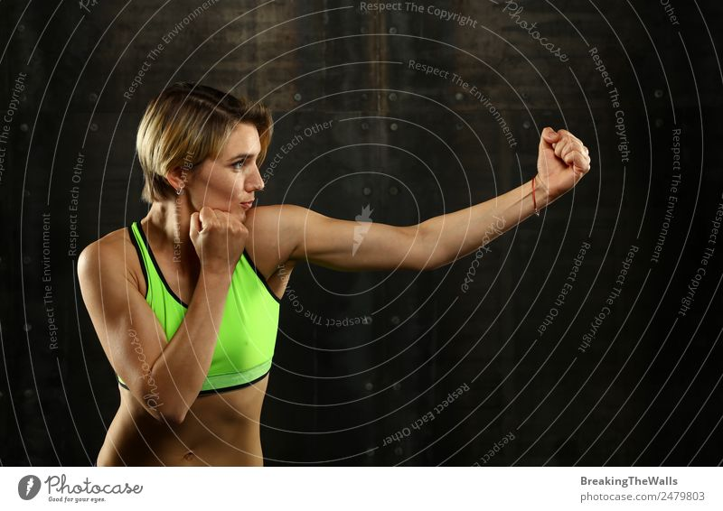 Junge Frau, die im Boxkampf schlägt. Lifestyle Sport Fitness Sport-Training Kampfsport Leichtathletik Sportler Jugendliche Erwachsene Arme 1 Mensch blond