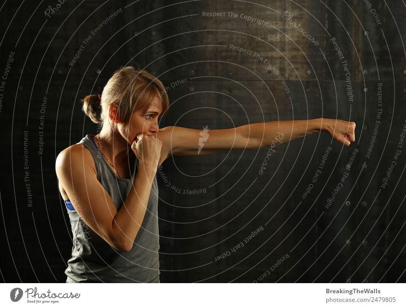 Schattenboxen von Frauen auf dunklem Hintergrund Lifestyle Sport Fitness Sport-Training Kampfsport Leichtathletik Sportler Erwachsene Arme Hand 1 Mensch