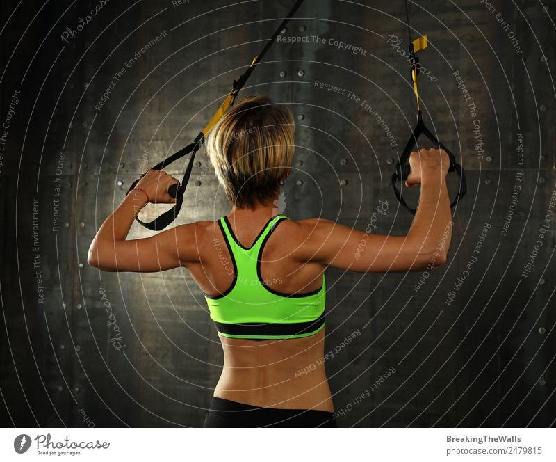 Junge Frau trainiert Arme mit trx Fitness-Gurten Lifestyle Sport Sport-Training Leichtathletik Sportler Jugendliche Erwachsene 18-30 Jahre blond kurzhaarig