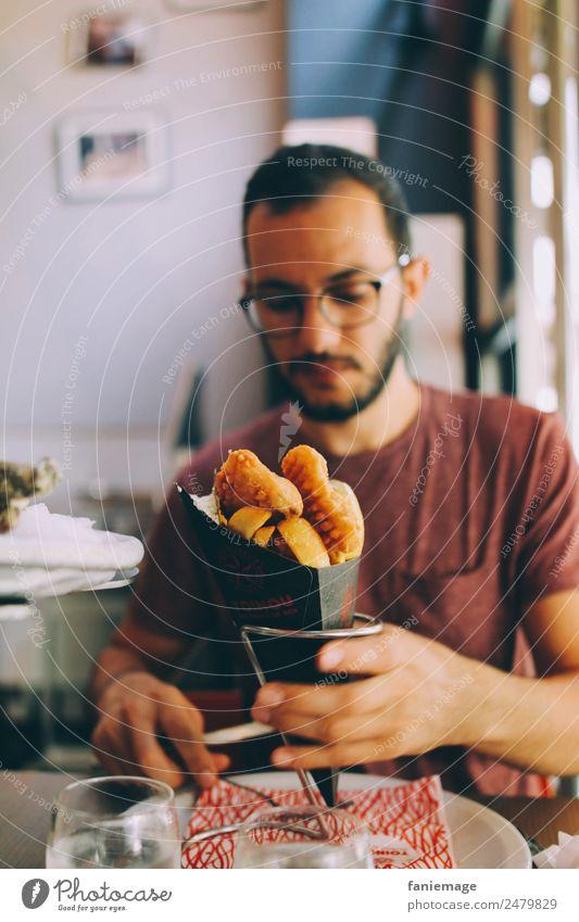 fish & chips Mensch Mann Stadt Hand Essen Erwachsene Lifestyle Leben Stil Lebensmittel maskulin Ernährung Brille Fisch lecker Restaurant