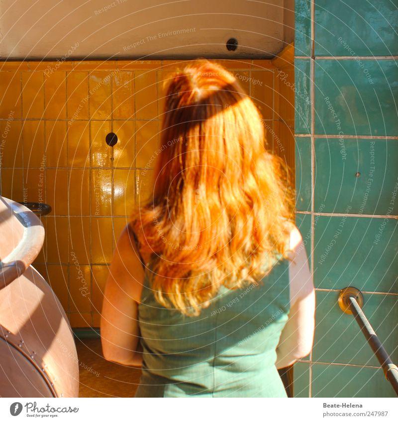 Ton in Ton Mensch Frau grün rot Erwachsene gelb Kopf Haare & Frisuren Denken braun ästhetisch beobachten Kleid Bauwerk stark Fliesen u. Kacheln