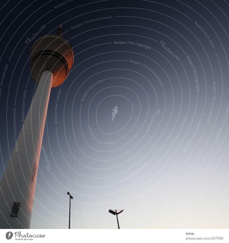 Guten Abend Hamburg Himmel blau gelb Architektur Stimmung Fassade gold hoch Kommunizieren Telekommunikation Turm Hamburg Neigung Bauwerk Wahrzeichen Strommast