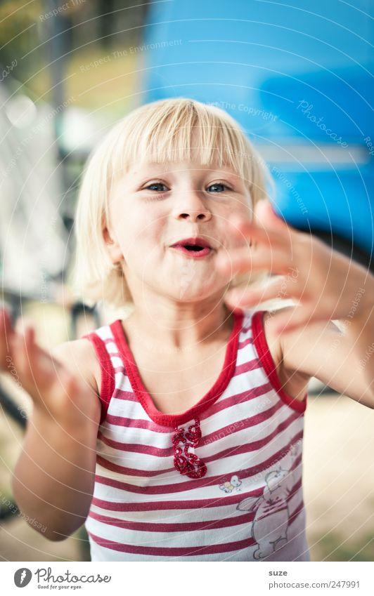 Ulk-Nudel Freude Freizeit & Hobby Mensch Kind Kleinkind Kindheit Gesicht Hand 1 3-8 Jahre Hemd Streifen blond lustig natürlich niedlich Farbfoto mehrfarbig