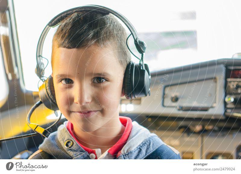 Kind Mensch Junge Arbeit & Erwerbstätigkeit maskulin träumen Kindheit Lächeln Luftverkehr Abenteuer genießen Flugzeug entdecken Beruf Hütte Kopfhörer