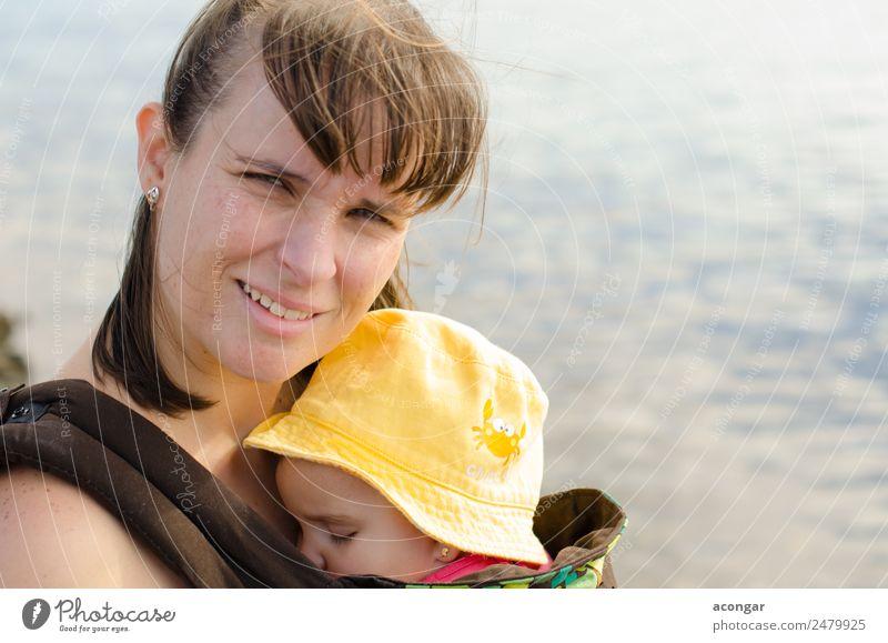 Mutter trägt ihr Baby Lifestyle Mensch feminin Junge Frau Jugendliche Erwachsene Familie & Verwandtschaft Kindheit 2 0-12 Monate 30-45 Jahre Hut Zusammensein