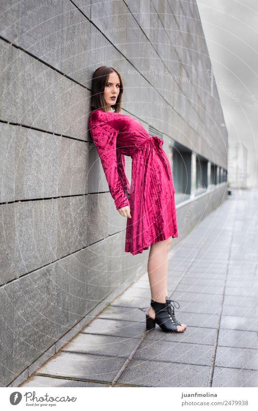 Junges Mädchen posiert im Freien Lifestyle Stil schön Frau Erwachsene 18-30 Jahre Jugendliche Straße Mode Kleid Stadt jung Körperhaltung Model Menschen