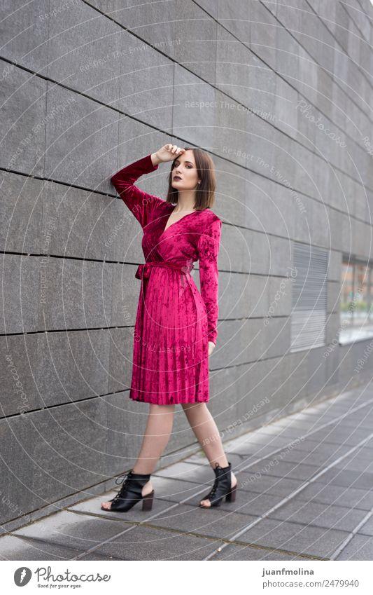 Junges Mädchen posiert im Freien Lifestyle Stil schön Frau Erwachsene 18-30 Jahre Jugendliche Kleinstadt Stadt Mauer Wand Straße Mode Kleid Stress jung