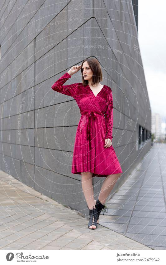 Junges Mädchen posiert im Freien Lifestyle Stil schön feminin Frau Erwachsene 18-30 Jahre Jugendliche Straße Mode Kleid Coolness jung Körperhaltung Model