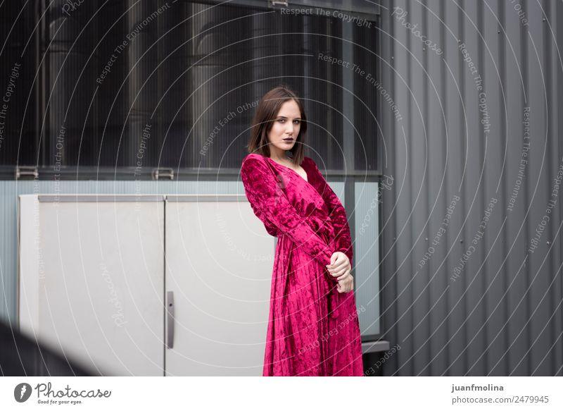 Junges Mädchen posiert im Freien Lifestyle Stil Freude schön feminin Frau Erwachsene 18-30 Jahre Jugendliche Straße Mode Kleid Sonnenbrille Coolness jung