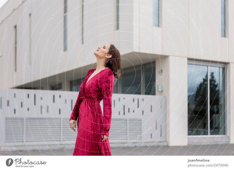 Junges Mädchen posiert im Freien Lifestyle Stil Freude schön Frau Erwachsene 18-30 Jahre Jugendliche Stadt Stadtzentrum Straße Mode Kleid Sonnenbrille Erotik