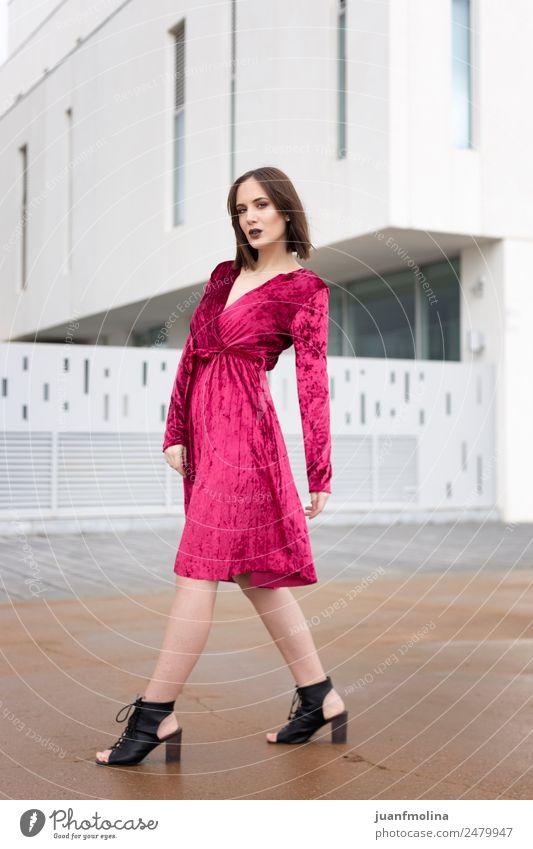 Junges Mädchen posiert im Freien Lifestyle Stil Freude schön Frau Erwachsene 18-30 Jahre Jugendliche Stadtzentrum Straße Mode Kleid Sonnenbrille jung