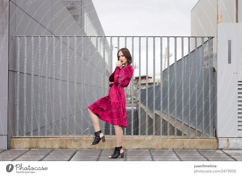 Junges Mädchen posiert im Freien Lifestyle Stil Freude schön Frau Erwachsene 18-30 Jahre Jugendliche Straße Mode Kleid Sonnenbrille Erotik Gefühle jung