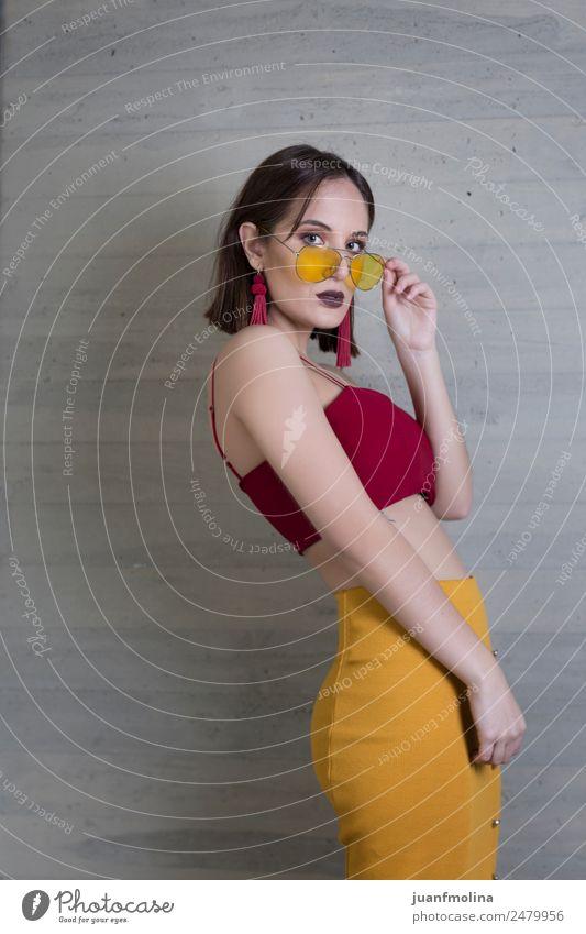 Junges Mädchen posiert Lifestyle Stil Freude schön Frau Erwachsene 18-30 Jahre Jugendliche Straße Mode Bekleidung T-Shirt Rock Kleid Sonnenbrille Erotik gelb