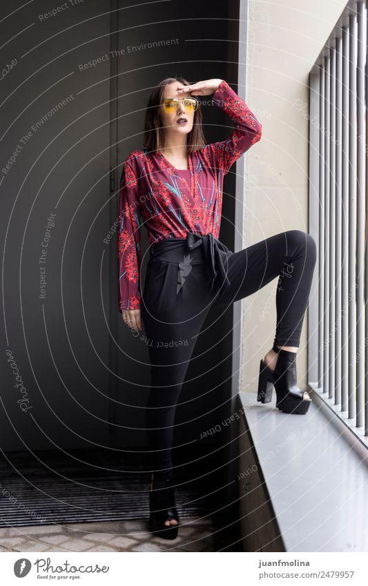 Junges Mädchen posiert im Freien Lifestyle Stil Freude schön Frau Erwachsene 18-30 Jahre Jugendliche Straße Mode Kleid Sonnenbrille rot schwarz jung