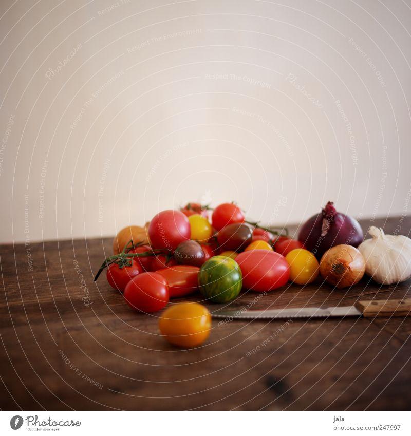 um 4, grillen bei mir! Lebensmittel Gemüse Tomate Zwiebel Knoblauch Ernährung Bioprodukte Vegetarische Ernährung Messer lecker braun gelb grün rot Gesundheit