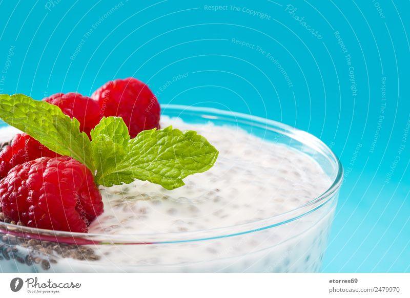 Chia-Joghurt mit Himbeeren im Glasbecher Molkerei Frucht Gesundheit Gesunde Ernährung Vegane Ernährung Vegetarische Ernährung Superfood natürlich lecker Samen