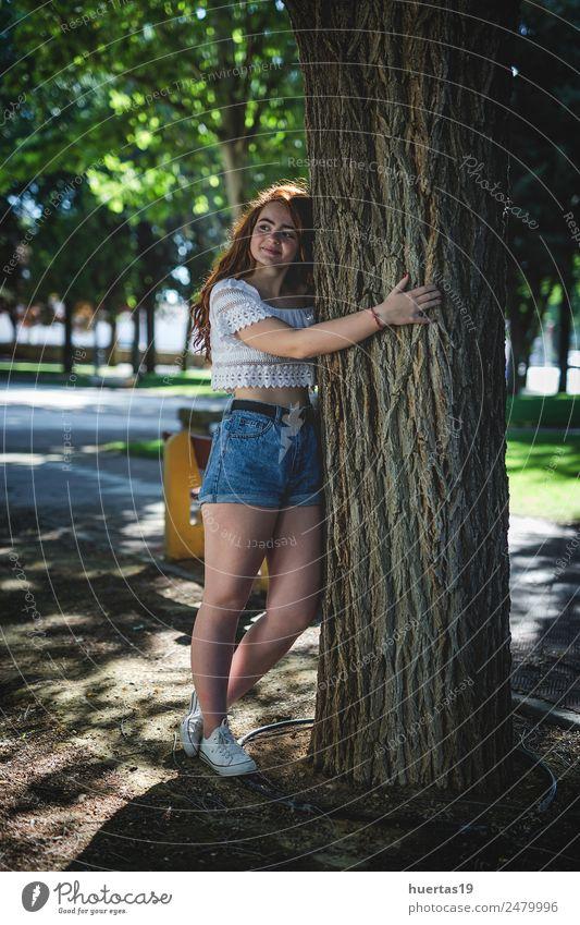 Außenporträt eines jungen, schönen, glücklichen, rothaarigen Mädchens. Lifestyle elegant Stil Glück Mensch feminin Junge Frau Jugendliche Erwachsene Körper 1