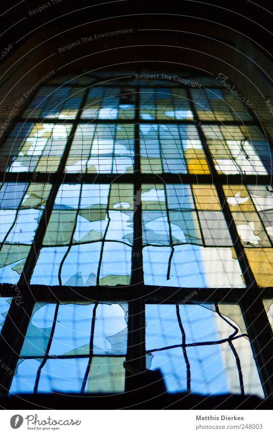 Fenster Menschenleer hässlich Religion & Glaube Kirche Unbewohnt Zerstörung Scherbe Glas Loch Denkmal ausdruckslos alt Kirchenfenster Farbfoto Innenaufnahme