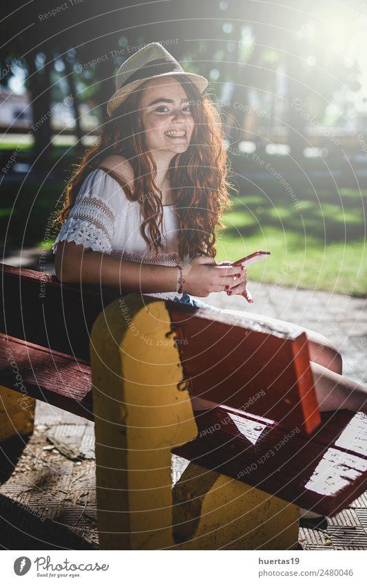 Außenporträt eines jungen, schönen, glücklichen, rothaarigen Mädchens. Lifestyle elegant Stil Glück Mensch feminin Junge Frau Jugendliche Erwachsene
