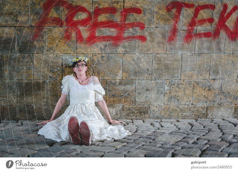 Free Tek | UT Dresden Frau Mensch Jugendliche Junge Frau Erwachsene feminin Mauer sitzen einzigartig Hochzeit Kopfsteinpflaster Braut Brautkleid