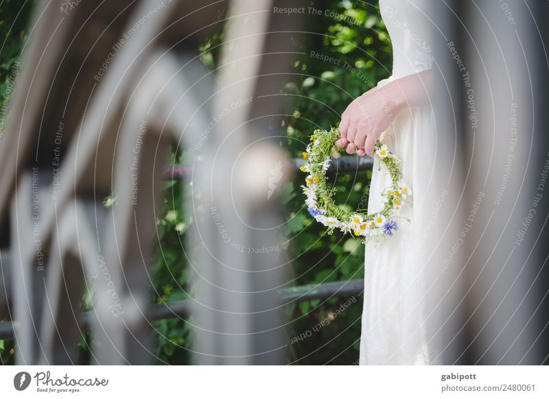 Geländer im Vordergrund für willma weiß Hand Blume natürlich feminin Glück Fröhlichkeit Hochzeit weich Blumenstrauß zart positiv tragen Braut binden Brautkleid