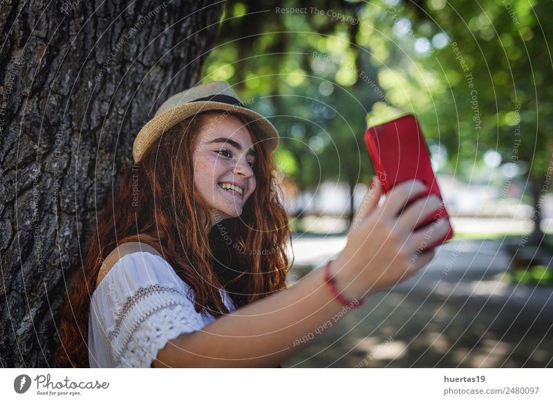 Außenporträt eines jungen, schönen, glücklichen, rothaarigen Mädchens. Lifestyle elegant Stil Glück Telefon Mensch feminin Junge Frau Jugendliche Erwachsene