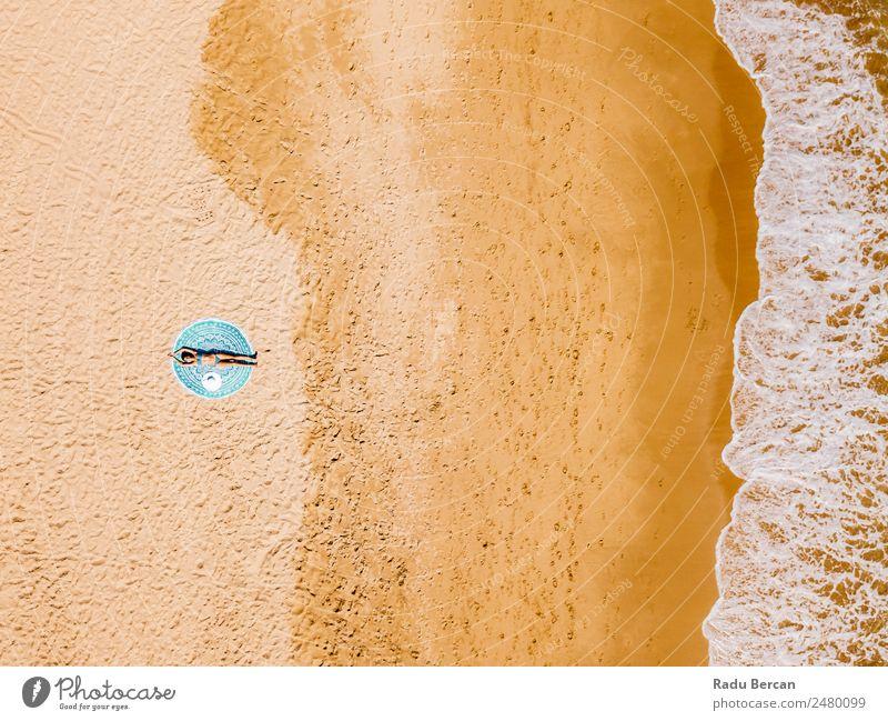 Top Luftdrohne Ansicht der Frau im Badeanzug Bikini Entspannen und Sonnenbaden auf runden türkisfarbenen Strandtüchern in der Nähe des Ozeans Aussicht Handtuch
