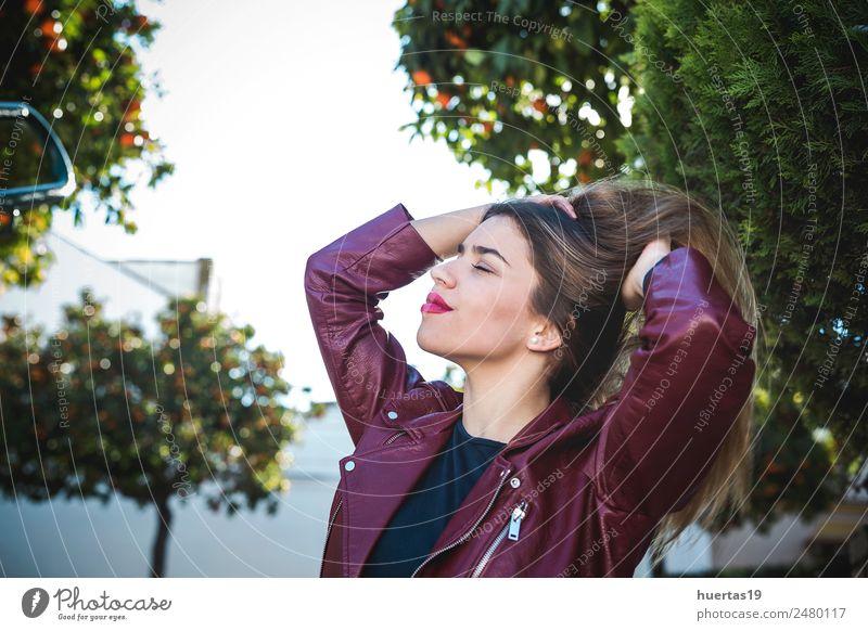Schönes blondes Mädchen Lifestyle schön Mensch feminin Junge Frau Jugendliche Erwachsene Freundschaft Haare & Frisuren 1 13-18 Jahre Straße Mode Lächeln Umarmen