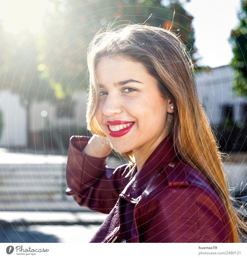 Schönes blondes Mädchen Lifestyle schön Mensch feminin Junge Frau Jugendliche Erwachsene Freundschaft 1 13-18 Jahre Straße Mode Lächeln Umarmen Freundlichkeit